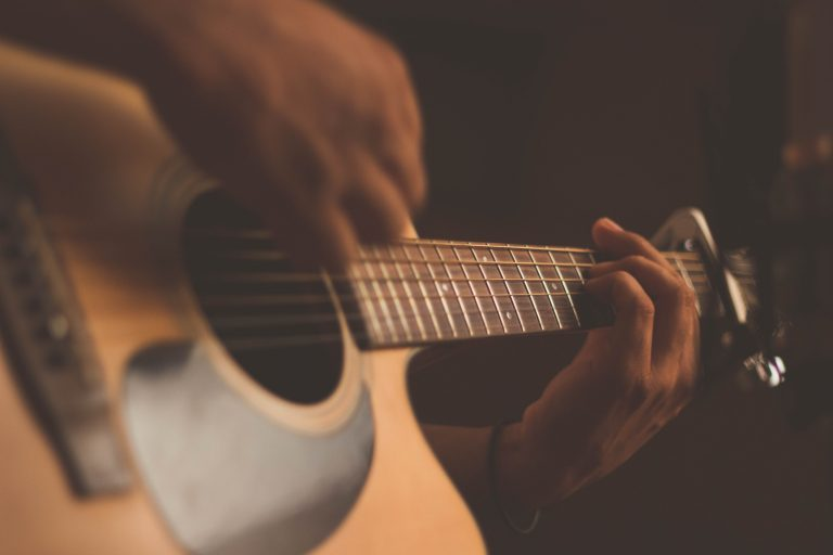Spela musiken du älskar genom att använda musikaliska influenser från det förflutna